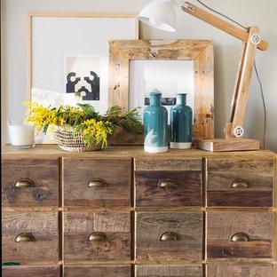 Imagen de comedor mediterráneo, pequeño, abierto, con paredes beige, suelo de madera clara y suelo beige