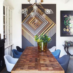 Diseño de comedor clásico renovado, abierto, sin chimenea, con paredes blancas, moqueta y suelo gris
