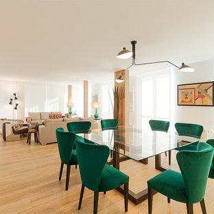 Imagen de comedor actual, grande, abierto, sin chimenea, con paredes blancas y suelo de madera clara