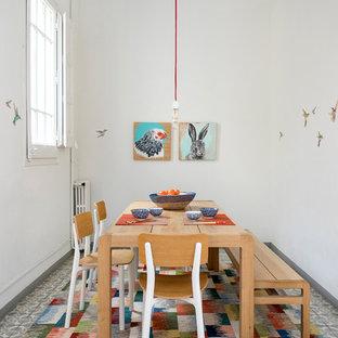 Imagen de comedor contemporáneo, de tamaño medio, cerrado, con paredes blancas, suelo multicolor y suelo de baldosas de cerámica
