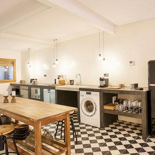 Diseño de comedor de cocina actual con paredes blancas y suelo multicolor