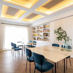 Modelo de comedor contemporáneo, grande, cerrado, con paredes blancas, suelo de madera en tonos medios y suelo marrón