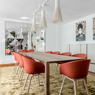 Imagen de comedor de estilo zen, grande, abierto, con paredes blancas y suelo marrón