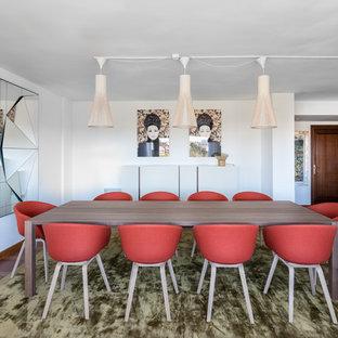 Diseño de comedor contemporáneo, de tamaño medio, abierto, con paredes blancas, suelo marrón y suelo de madera en tonos medios