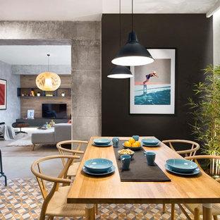 Modelo de comedor de cocina urbano, de tamaño medio, sin chimenea, con paredes multicolor, suelo de baldosas de cerámica y suelo multicolor