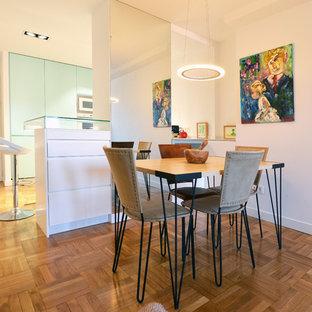 Ejemplo de comedor actual, de tamaño medio, con suelo de madera en tonos medios, suelo marrón y paredes blancas