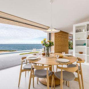 Diseño de comedor de cocina costero con paredes marrones y suelo beige