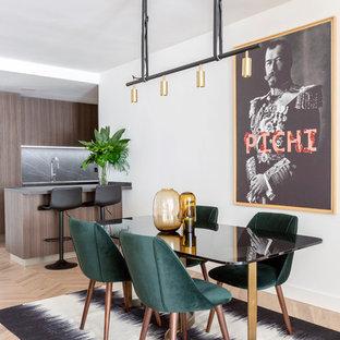 Imagen de comedor de cocina contemporáneo con paredes blancas, suelo de madera clara y suelo beige