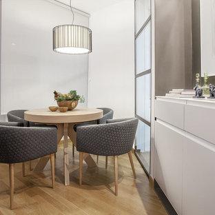 Inspiration för små moderna matplatser med öppen planlösning, med gula väggar, ljust trägolv och gult golv