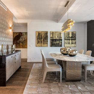 Imagen de comedor papel pintado, contemporáneo, papel pintado, con paredes blancas, suelo de madera en tonos medios, suelo marrón y papel pintado