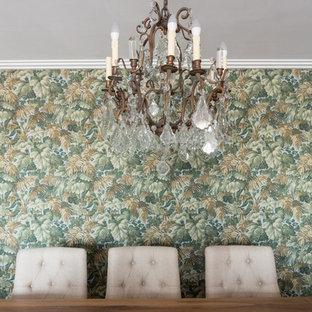 Imagen de comedor bohemio, de tamaño medio, abierto, con paredes multicolor, suelo de madera clara, chimeneas suspendidas, marco de chimenea de madera y suelo beige