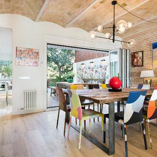 Ejemplo de comedor actual, grande, abierto, con paredes blancas, suelo de baldosas de porcelana, chimenea lineal, marco de chimenea de madera y suelo beige