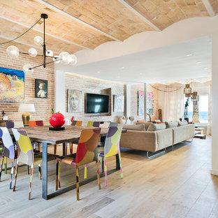 Imagen de comedor bohemio, grande, abierto, con paredes blancas, suelo de baldosas de porcelana, chimenea lineal, marco de chimenea de madera y suelo beige