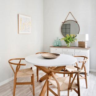 Diseño de comedor tradicional renovado, de tamaño medio, abierto, sin chimenea, con paredes grises, suelo de madera clara y suelo beige