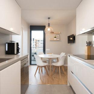 Inspiration för ett mellanstort minimalistiskt kök med matplats, med vita väggar, klinkergolv i porslin och grått golv