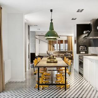 Diseño de comedor de cocina actual, de tamaño medio, sin chimenea, con paredes blancas, suelo de baldosas de cerámica y suelo multicolor