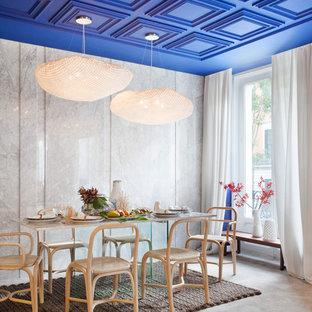 Idee per una grande sala da pranzo aperta verso il soggiorno mediterranea con pareti grigie, pavimento in cemento e nessun camino