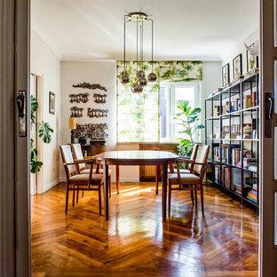 Réalisation d'une salle à manger ethnique fermée et de taille moyenne avec un mur blanc, un sol en bois brun et aucune cheminée.