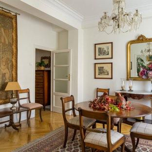 Ejemplo de comedor clásico, cerrado, con paredes blancas, suelo de madera en tonos medios y suelo marrón