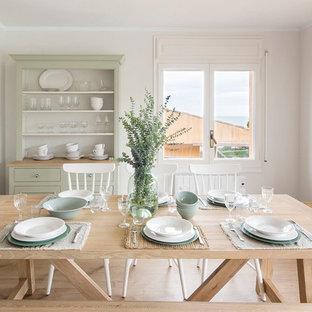 Modelo de comedor cerrado con paredes beige, suelo de madera clara y suelo beige