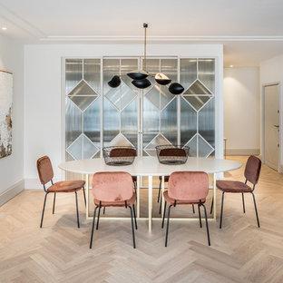 Foto de comedor contemporáneo con paredes blancas, suelo de madera en tonos medios y suelo marrón