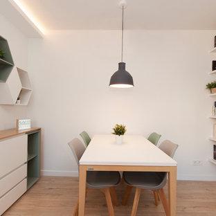 Ejemplo de comedor escandinavo, de tamaño medio, abierto, sin chimenea, con paredes blancas, suelo de madera clara y suelo marrón