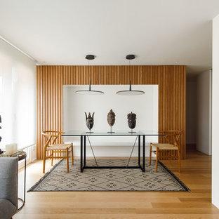 Ejemplo de comedor nórdico, abierto, sin chimenea, con paredes blancas, suelo de madera clara y suelo beige