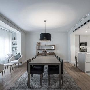 Foto de comedor de cocina contemporáneo con paredes blancas, suelo de madera en tonos medios y suelo marrón
