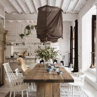 Пример оригинального дизайна интерьера: большая кухня-столовая в стиле шебби-шик с белыми стенами, деревянным полом и камином