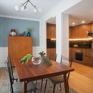 Foto de comedor de cocina retro, sin chimenea, con paredes azules y suelo de madera en tonos medios