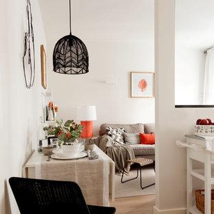 Diseño de comedor de cocina escandinavo con paredes blancas, suelo de madera en tonos medios y suelo beige