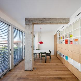 Ejemplo de comedor moderno, extra grande, abierto, con paredes blancas, suelo de madera en tonos medios y suelo marrón