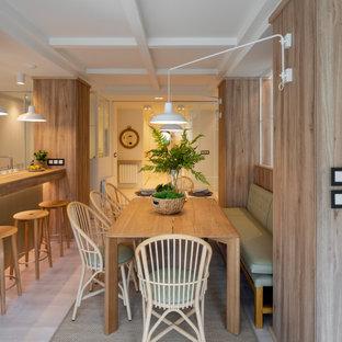Esempio di una sala da pranzo aperta verso la cucina scandinava di medie dimensioni con pareti marroni, pavimento in laminato, nessun camino e pavimento marrone