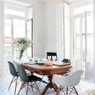 Пример оригинального дизайна: гостиная-столовая среднего размера в современном стиле с белыми стенами, разноцветным полом, панелями на части стены, полом из керамической плитки, стандартным камином и фасадом камина из металла