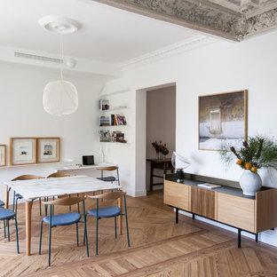 Imagen de comedor contemporáneo, de tamaño medio, abierto, con paredes blancas, suelo de madera en tonos medios y suelo beige