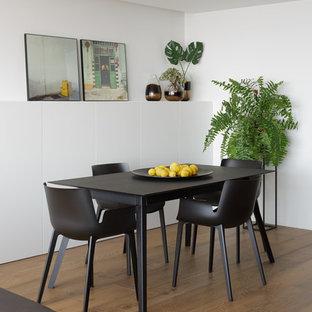 Ejemplo de comedor costero, abierto, con paredes blancas, suelo de madera en tonos medios y suelo marrón