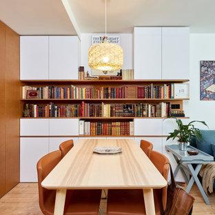 Modelo de comedor actual, pequeño, sin chimenea, con paredes blancas, suelo de madera clara y suelo beige