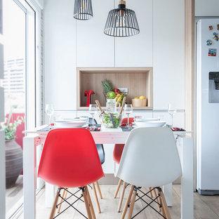 Diseño de comedor de cocina contemporáneo con suelo de madera clara, suelo gris y paredes blancas