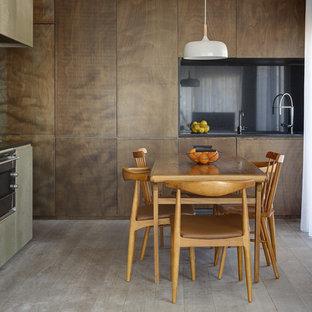 Modelo de comedor de cocina contemporáneo, sin chimenea, con suelo de madera clara y suelo gris