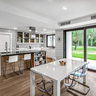 Imagen de comedor de cocina contemporáneo, extra grande, con paredes blancas, suelo de piedra caliza y suelo blanco