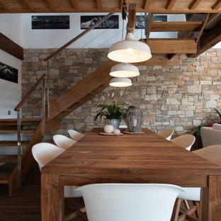 Foto de comedor madera, campestre, abierto, con paredes blancas, suelo de madera oscura y suelo marrón