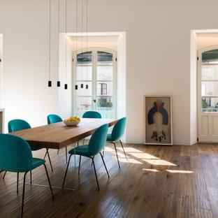 Imagen de comedor contemporáneo, abierto, con paredes blancas, suelo de madera oscura y suelo marrón