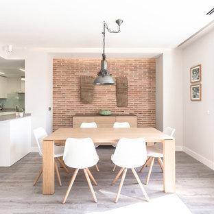 Modelo de comedor de cocina actual, de tamaño medio, sin chimenea, con paredes blancas, suelo marrón y suelo de madera en tonos medios