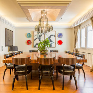 Diseño de comedor clásico renovado, grande, cerrado, con paredes blancas, suelo de madera en tonos medios y suelo marrón