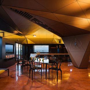 Foto di una grande sala da pranzo aperta verso la cucina minimalista con pareti nere e pavimento in marmo