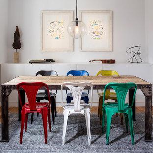 Diseño de comedor ecléctico, sin chimenea, con paredes blancas y suelo de madera en tonos medios