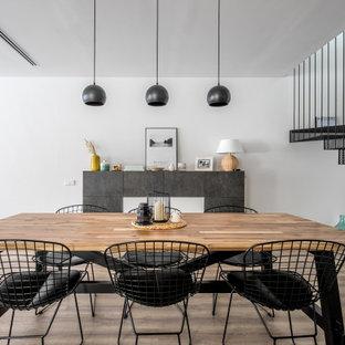 Foto de comedor actual, abierto, con paredes blancas, suelo de madera oscura y suelo marrón