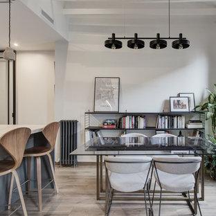 Immagine di una sala da pranzo aperta verso il soggiorno industriale di medie dimensioni con pareti multicolore, pavimento in laminato e pavimento marrone