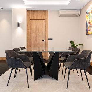 Diseño de comedor actual con paredes blancas y suelo negro