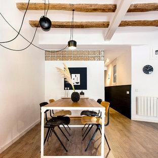 Foto de comedor contemporáneo, abierto, sin chimenea, con paredes blancas y suelo de madera clara